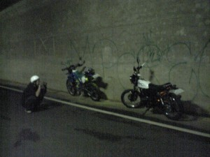 光るTRとKLXを撮影するバイク乗り!