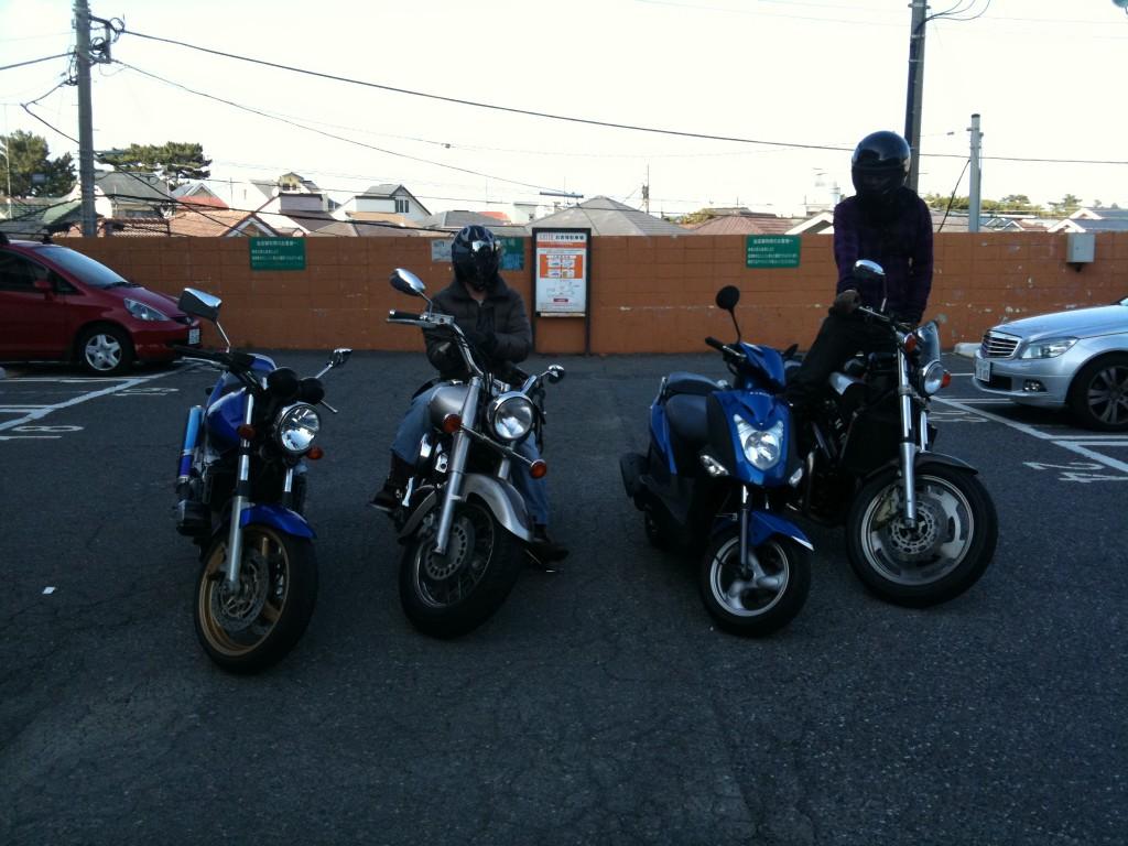 バイク乗り、海の近くで撮影会!