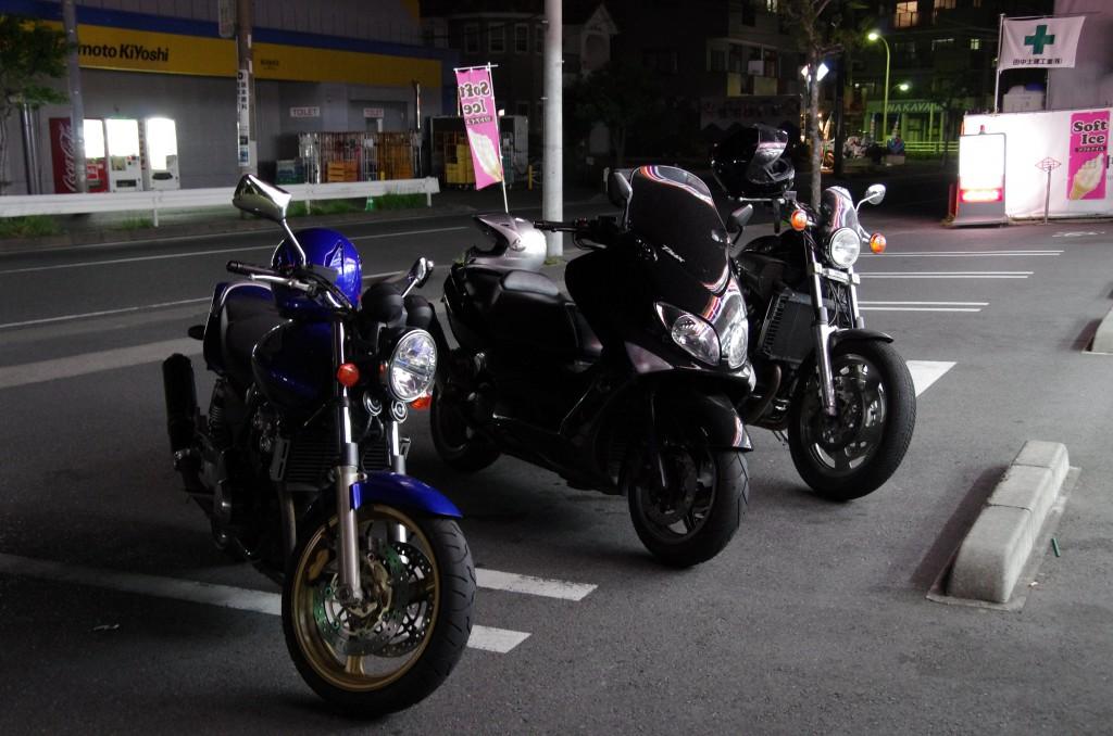 バイク乗りのバイクたち! 止め方も画角もめちゃくちゃw