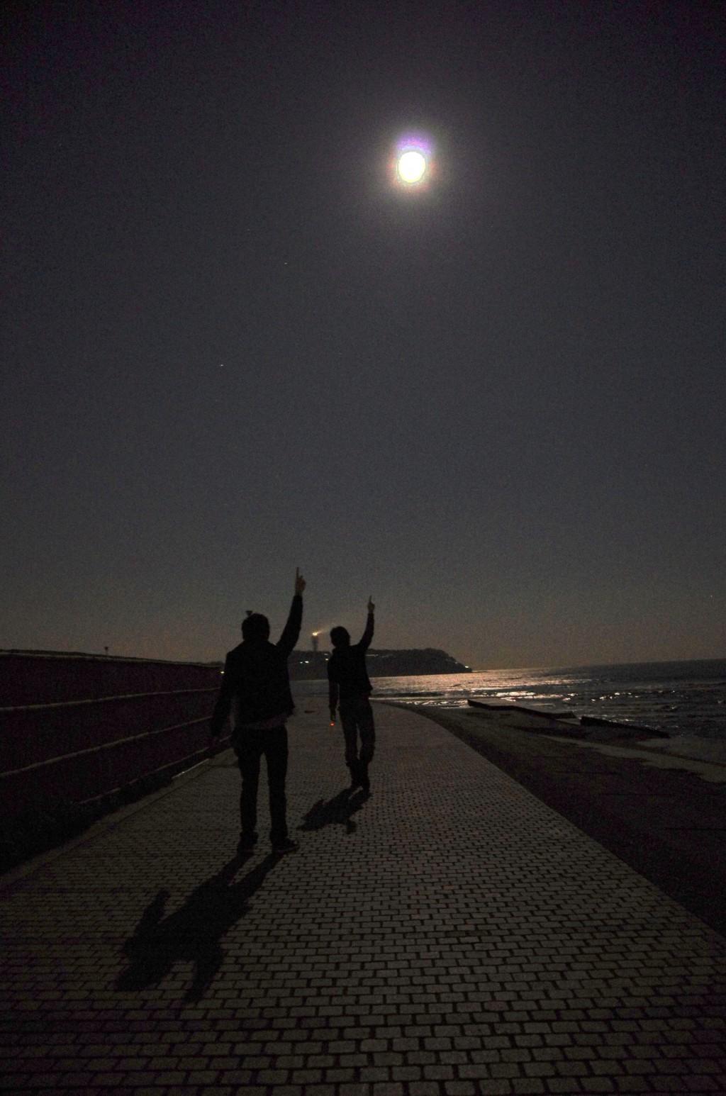写真じゃ伝わらないかと思いますが、さいこーにキレイです! 海と月の良いアンサンブル!