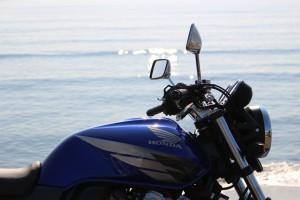 海をバックにCB400SF EOS Kiss x7と標準レンズにて撮影
