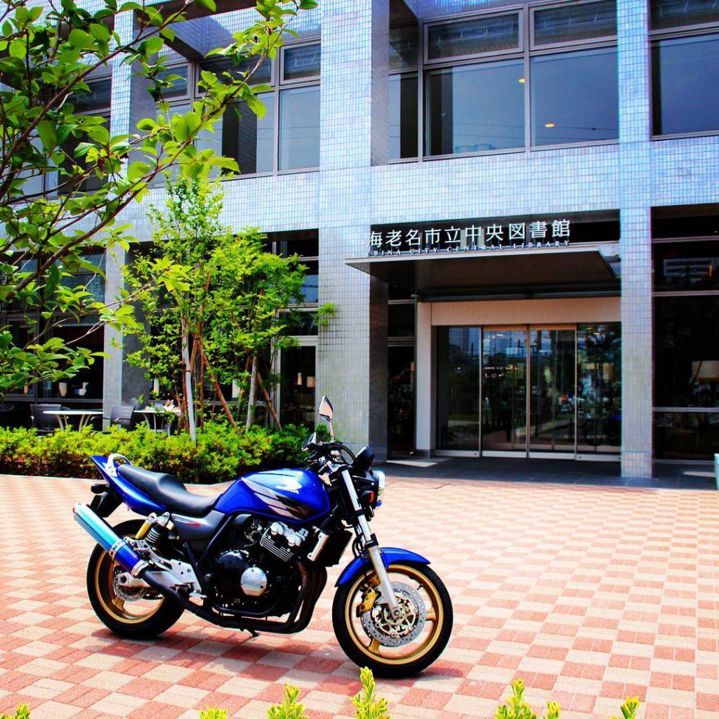 2015年に運営と内装がリニューアルされ、いわゆる「TSUTAYA図書館」になりました!