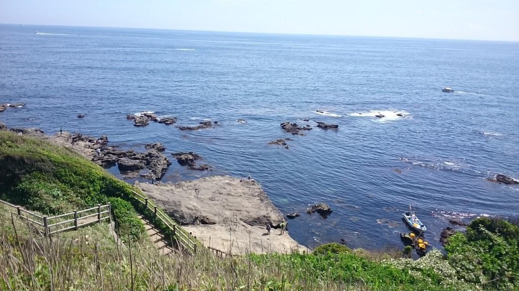 島内を散策、岩場まで歩けます。