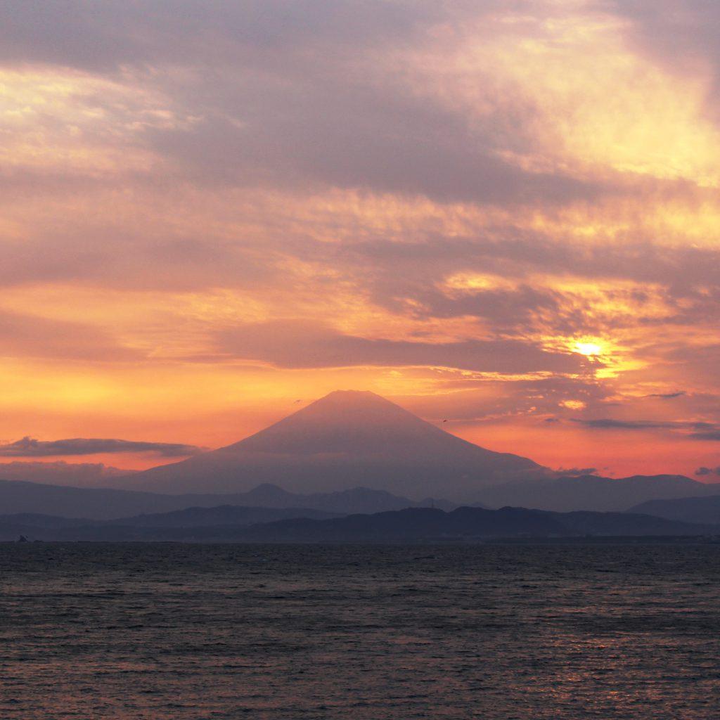 江の島大橋からきれいな夕日の富士山がみれます!