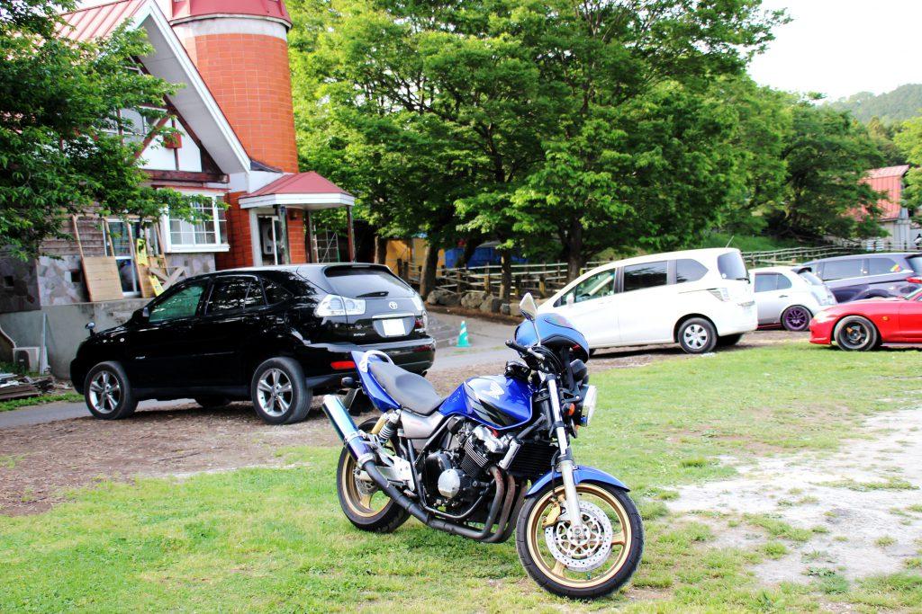 放牧エリアときゅう舎の間に広大な駐車場があります! 入り口が難しいです。