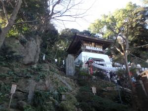 神社は島の高いところにありました