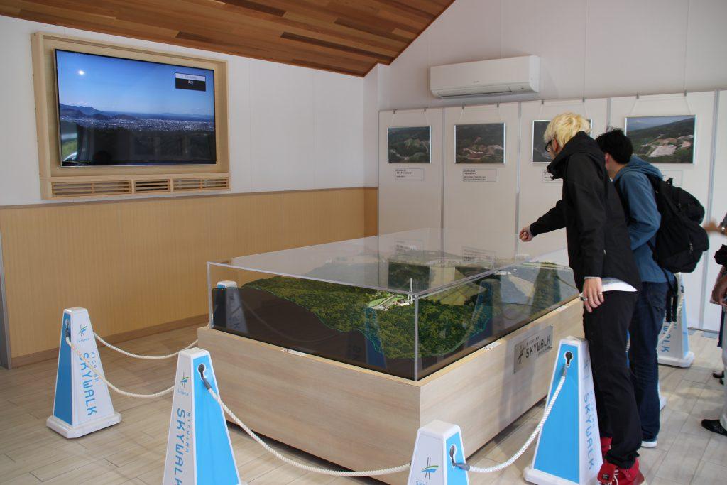 展示コーナー!スカイウォークのジオラマや2D富士山バックに写真撮れますよ♪