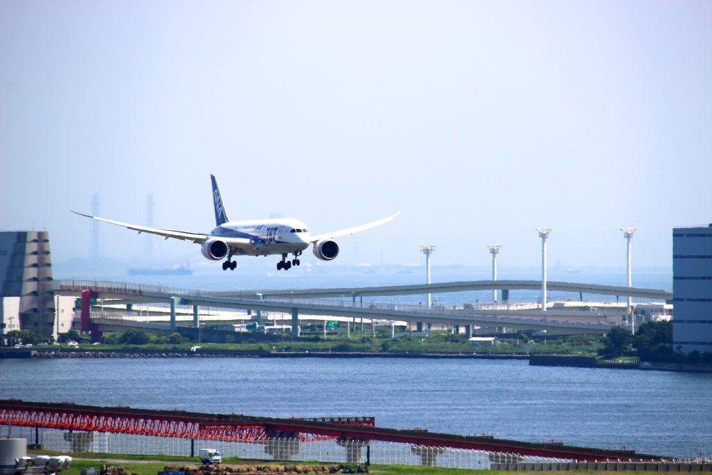 第1旅客ターミナル6F屋上デッキ!数分間隔で次々と旅客機が現れます。