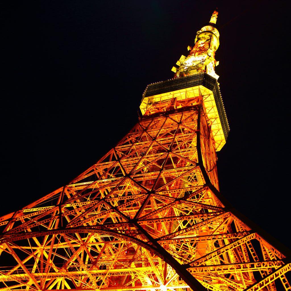 下からEOSkiss7に煽られる東京タワー